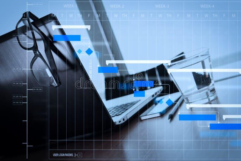 有膝上型计算机和智能手机的办公室工作场所在木桌上 免版税库存照片
