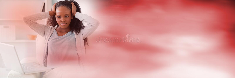有膝上型计算机和模糊的红色转折的沮丧的妇女 免版税库存图片