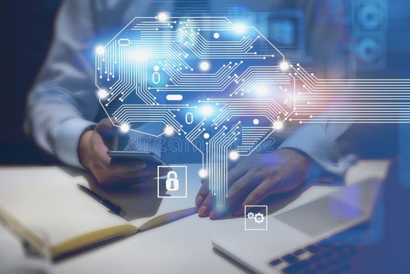 有膝上型计算机和电话的人在办公室,AI脑子 免版税库存照片