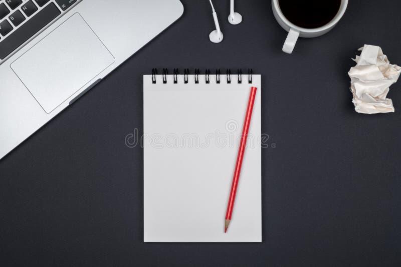 有膝上型计算机和空白的笔记薄的最小的工作场所 库存图片