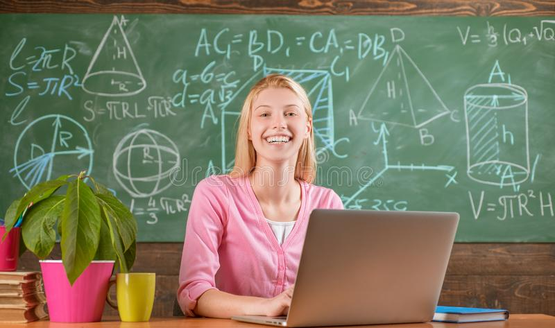 有膝上型计算机工作网上老师的确信的妇女 现代教育 r 远程教育 可爱的学生 免版税库存照片