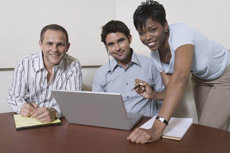 有膝上型计算机的不同种族的买卖人 免版税库存图片