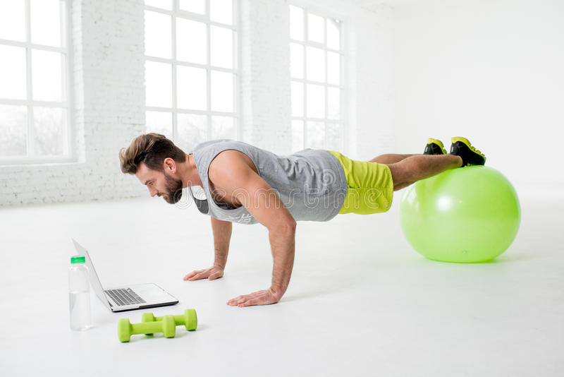有膝上型计算机的人在健身房 库存图片