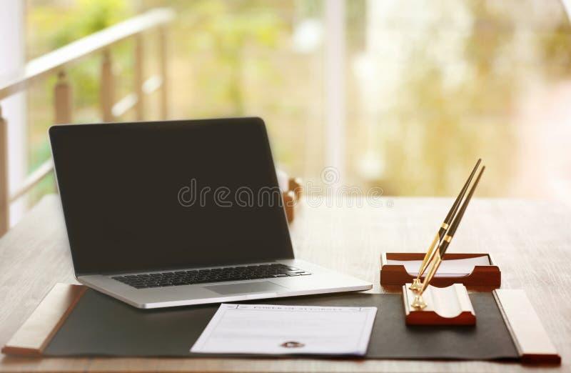 有膝上型计算机的公证员工作场所 库存图片