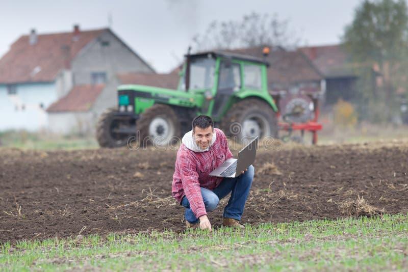 有膝上型计算机的农夫 免版税库存图片