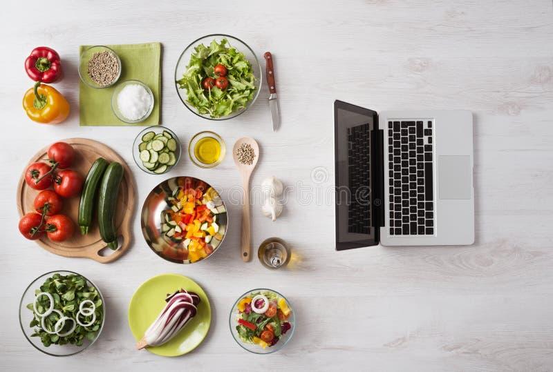 有膝上型计算机的创造性的厨房 免版税图库摄影