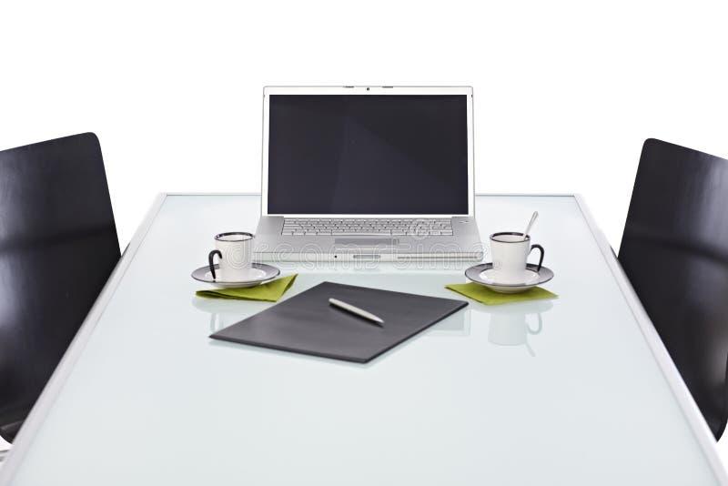 有膝上型计算机的办公桌准备好业务会议 免版税库存图片