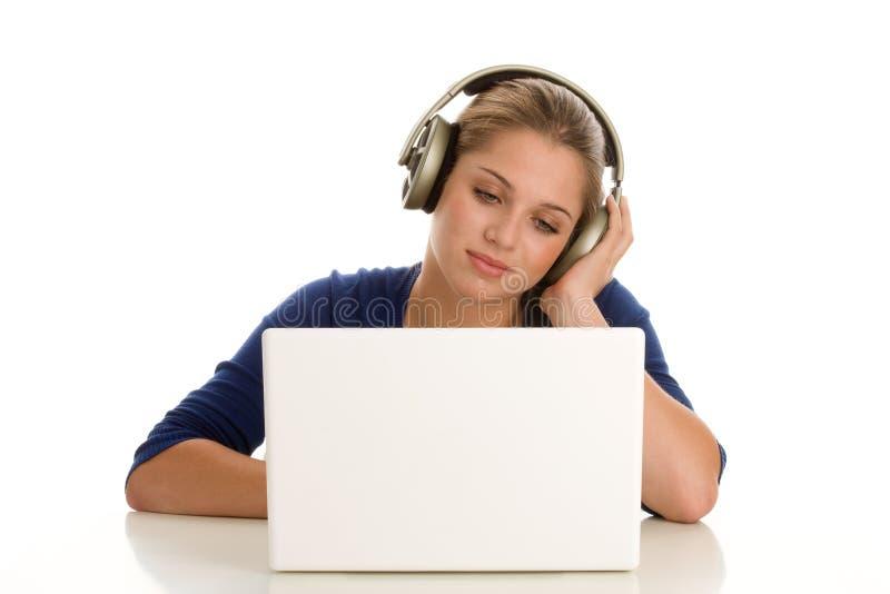 有膝上型计算机的十几岁的女孩 免版税图库摄影