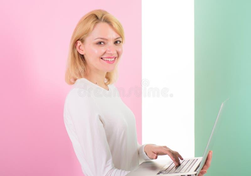 有膝上型计算机的夫人工作当smm专家 Smm经理促进品牌和项目在互联网上 女孩时髦的现代出现 免版税图库摄影