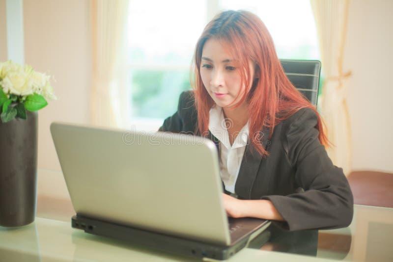 有膝上型计算机的女商人 库存照片