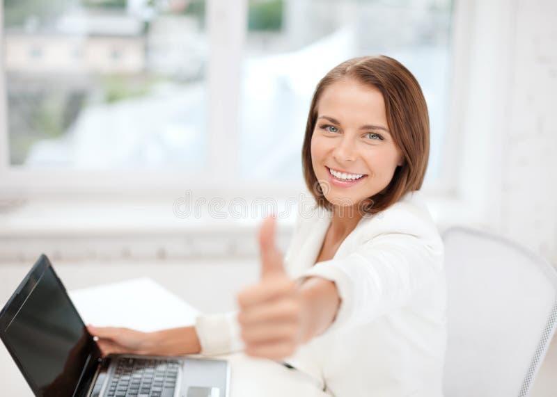 有膝上型计算机的女实业家在办公室 图库摄影