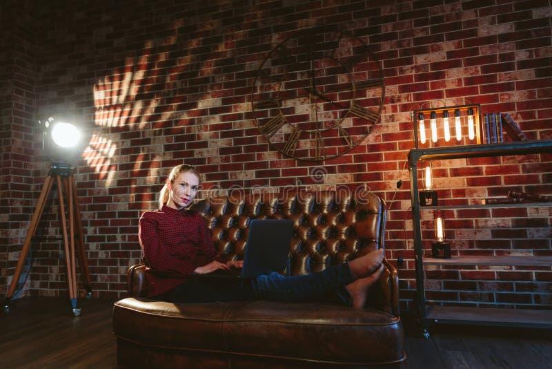 有膝上型计算机的妇女在顶楼 图库摄影