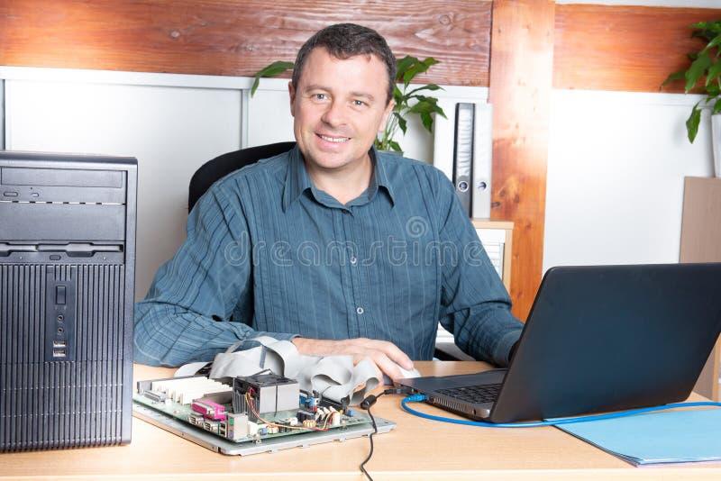 有膝上型计算机的安装工专业修理计算机 免版税库存照片