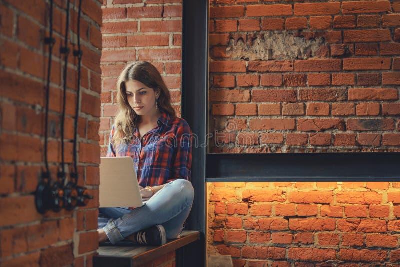 有膝上型计算机的少妇 免版税图库摄影