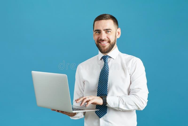 有膝上型计算机的微笑的进取经理 免版税库存图片