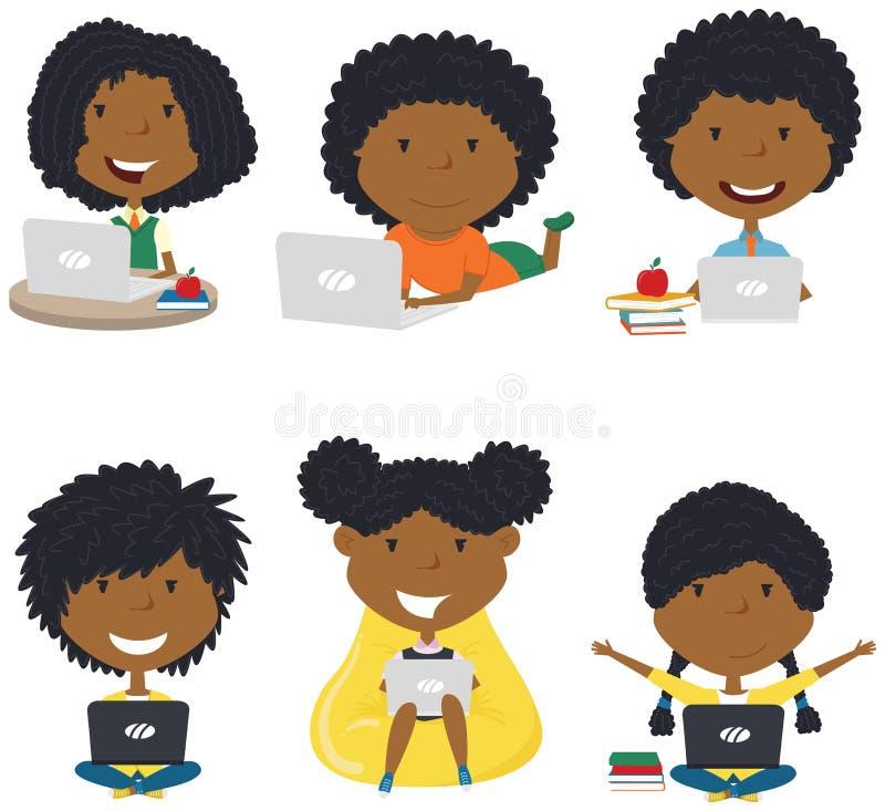 有膝上型计算机的愉快的非裔美国人的女孩 免版税图库摄影