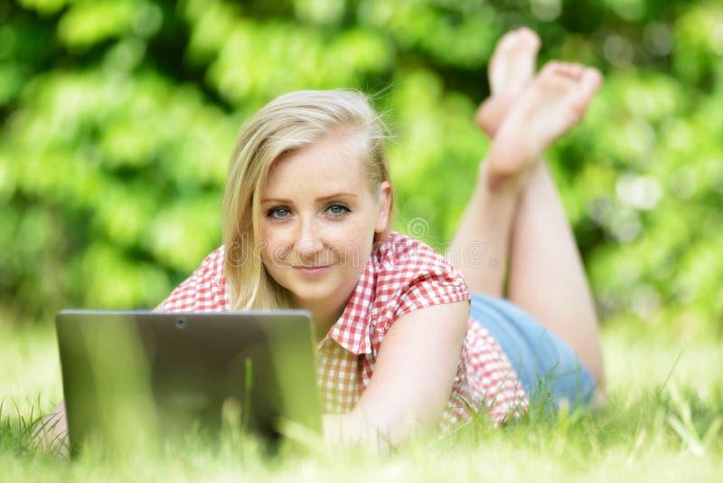 有膝上型计算机的新可爱的妇女 免版税库存图片