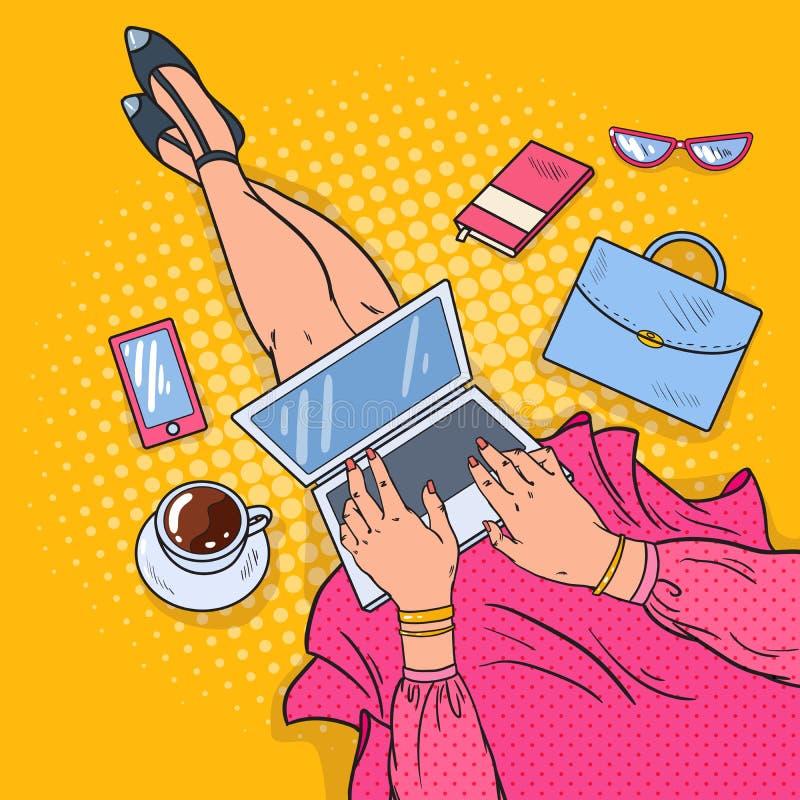 有膝上型计算机的流行艺术少妇 工作在家 向量例证