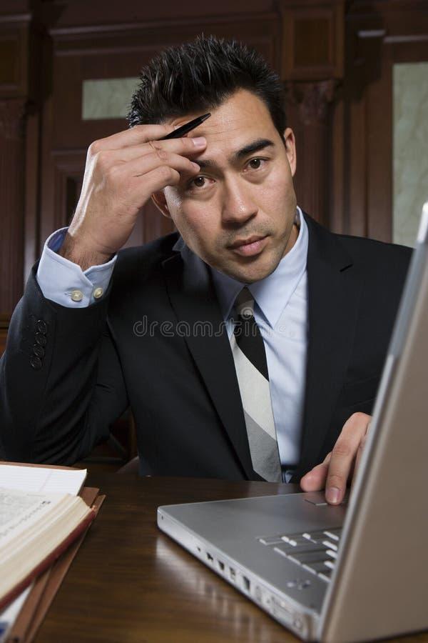 有膝上型计算机的男性提倡者 免版税库存图片