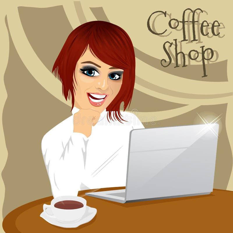 有膝上型计算机的红发年轻行家妇女享用在咖啡店的一份热的咖啡 向量例证