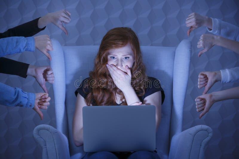 有膝上型计算机的震惊女孩 库存照片