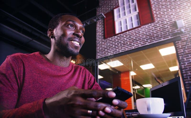 有膝上型计算机的非裔美国人的商人在咖啡馆 图库摄影