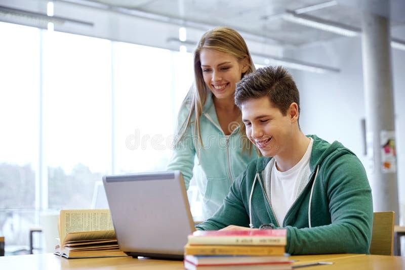 有膝上型计算机的高中学生在教室 免版税库存照片