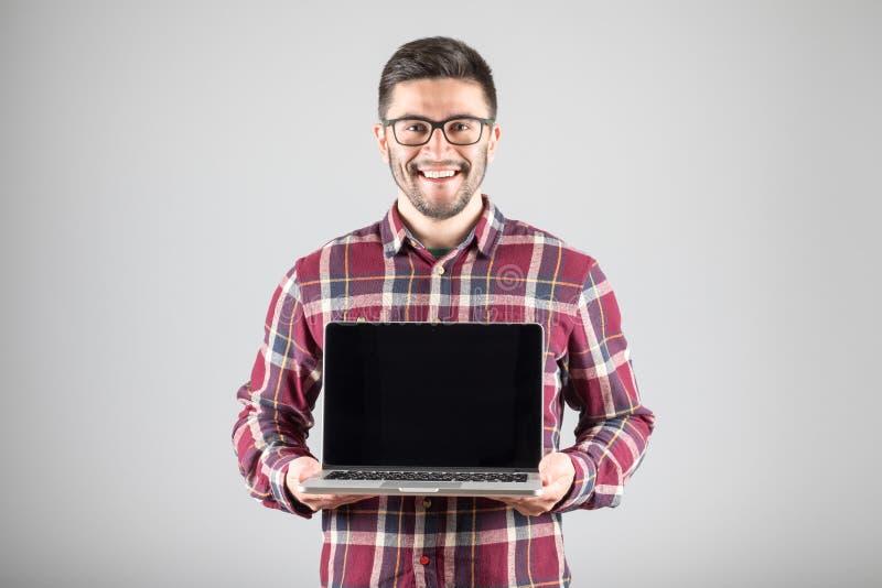 Download 有膝上型计算机陈列的人screeen 库存照片. 图片 包括有 显示, 笔记本, 偶然, 存在, 前面, 成人 - 72361800