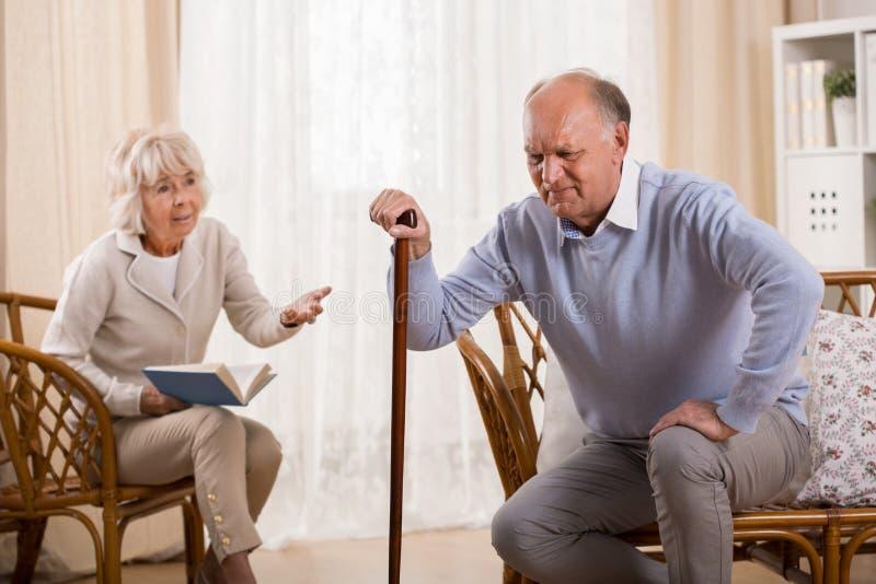 有膝盖关节炎的老人 免版税库存图片