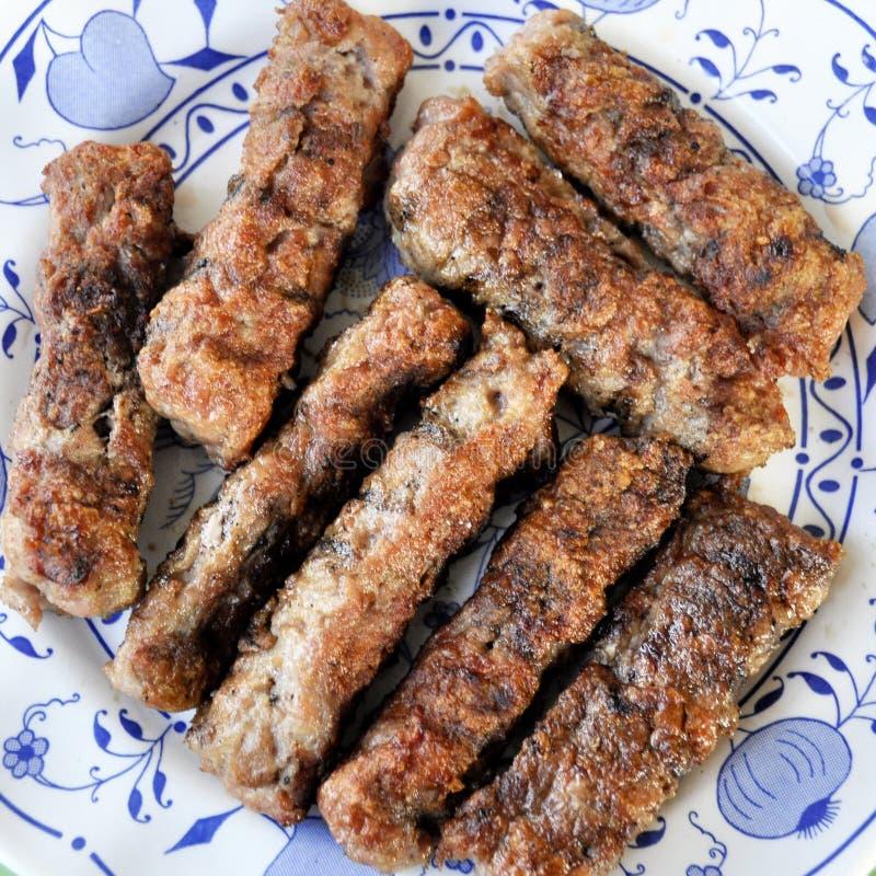 有自创烤cevapcici巴尔干烹调的板材 库存照片