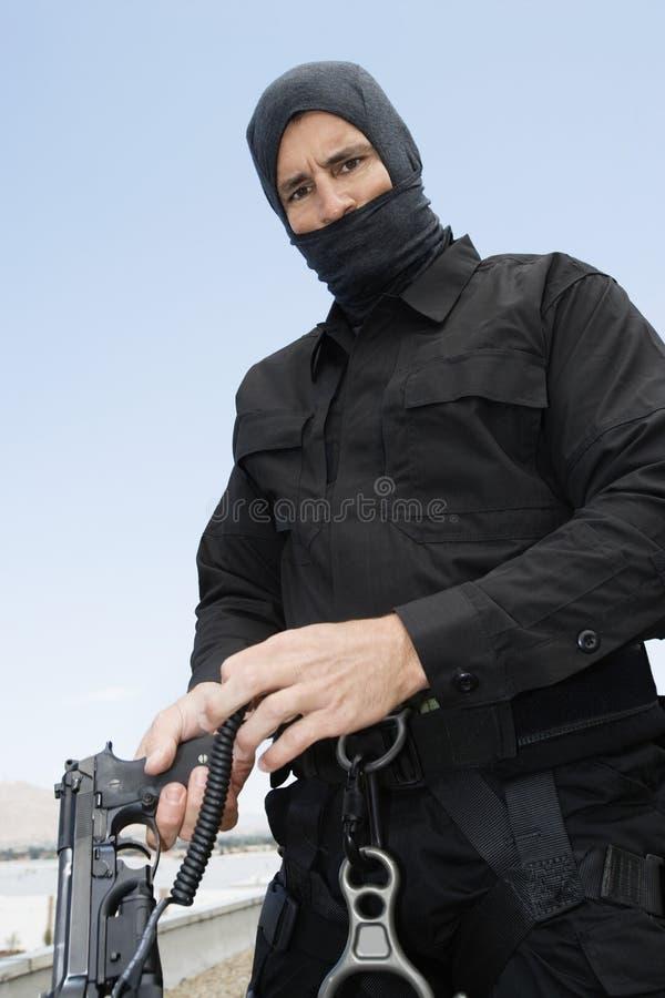 有自动手枪的特警队官员 库存照片