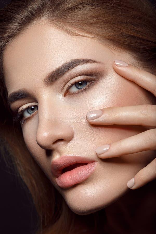 有自然构成和修指甲的美丽的女孩 库存图片