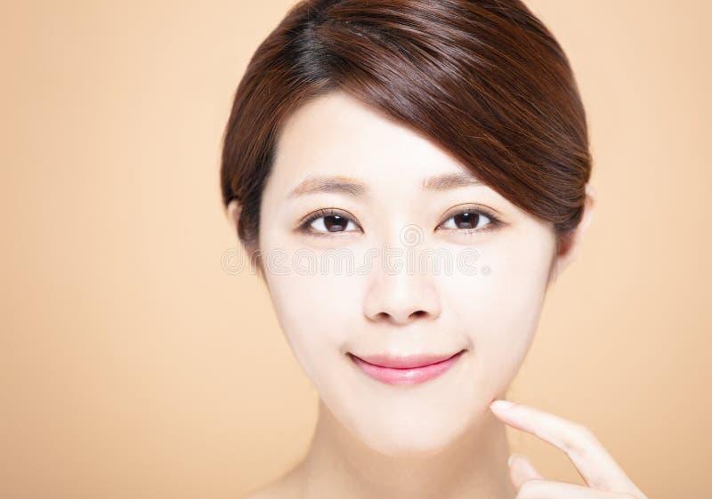 有自然构成和干净的皮肤的妇女 免版税库存图片