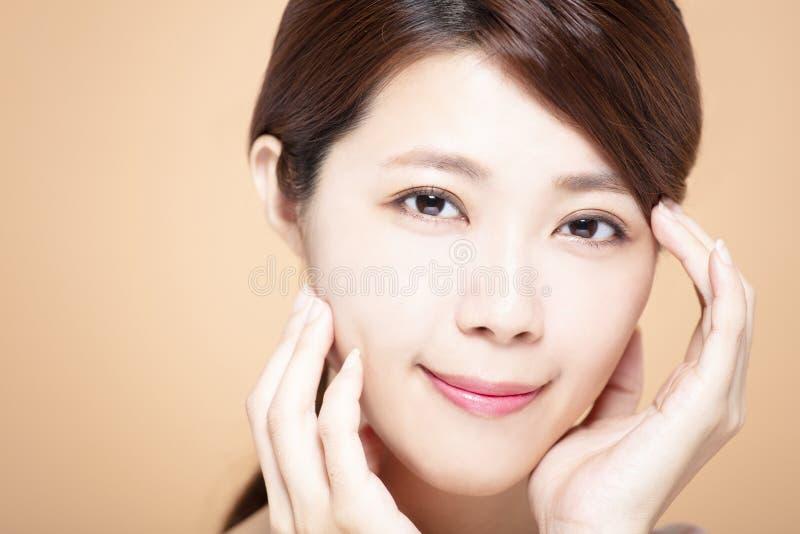 有自然构成和干净的皮肤的妇女 库存照片