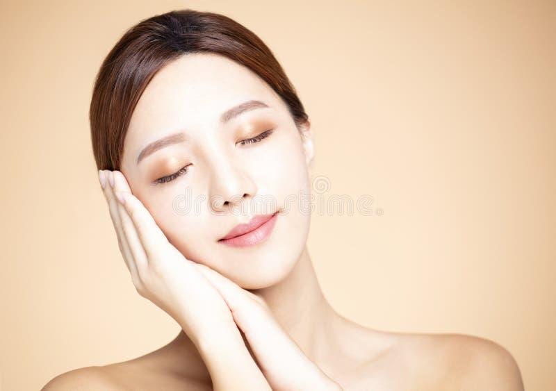 有自然构成和干净的皮肤的妇女 图库摄影