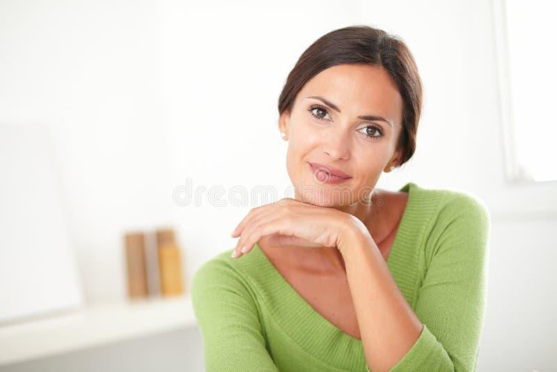 有自然秀丽微笑的端庄的妇女 库存图片