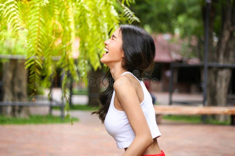 有自然秀丽的俏丽的妇女微笑对照相机的 青年时期和ha 库存照片