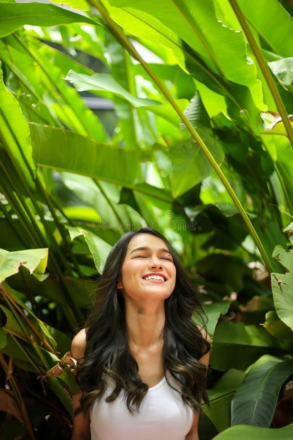 有自然秀丽的俏丽的妇女微笑对照相机的 青年时期和ha 免版税库存照片