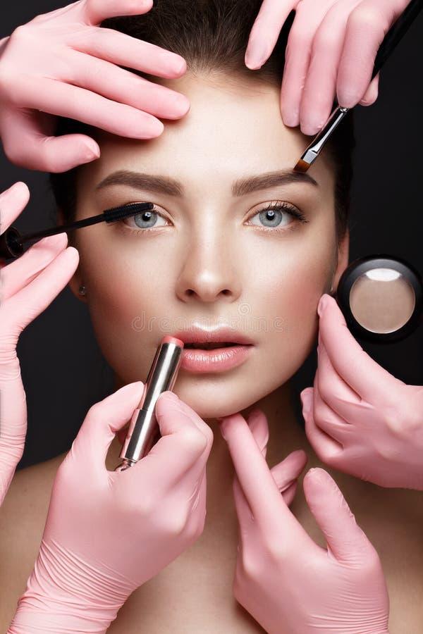 有自然裸体构成的美丽的女孩与化妆工具在手上 秀丽表面 免版税库存图片