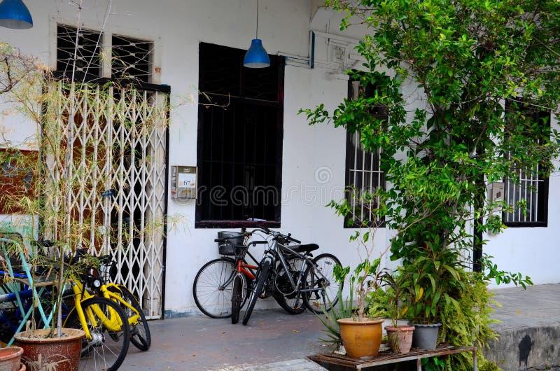 有自行车和窗口的老商店房子在路面部落魅力新加坡 免版税库存照片