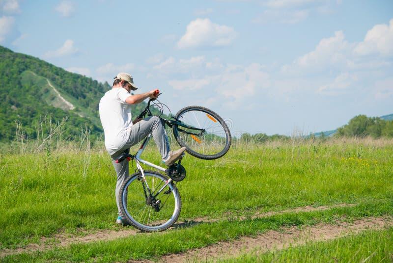 有自行车的一个年轻人 免版税库存图片