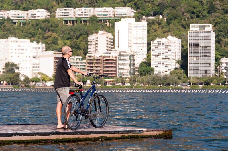 Download 有自行车的人在码头 编辑类库存照片. 图片 包括有 面包, 横向, 面包渣, 盐水湖, beautifuler - 59103653