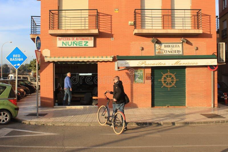 有自行车的人,从马拉加,西班牙的街道照片 免版税图库摄影