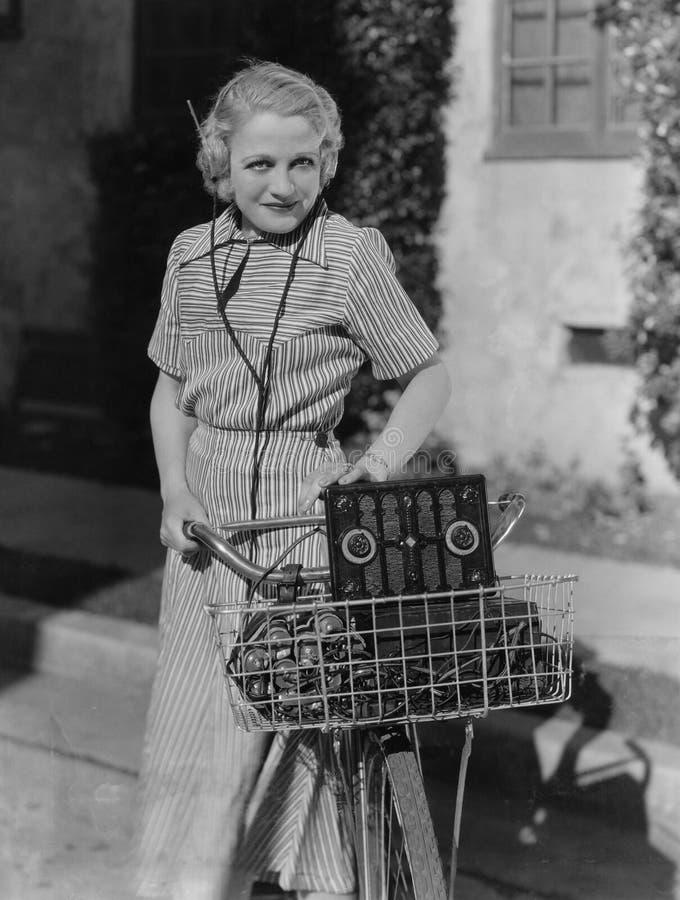 有自行车的妇女和收音机(所有人被描述不更长生存,并且庄园不存在 供应商保单那里wil 免版税库存照片