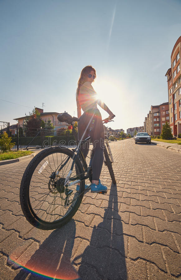 Download 有自行车的妇女 库存图片. 图片 包括有 旅游业, 健康, 村庄, 放松, 旅行, 女性, 肌肉, 光芒 - 72352441