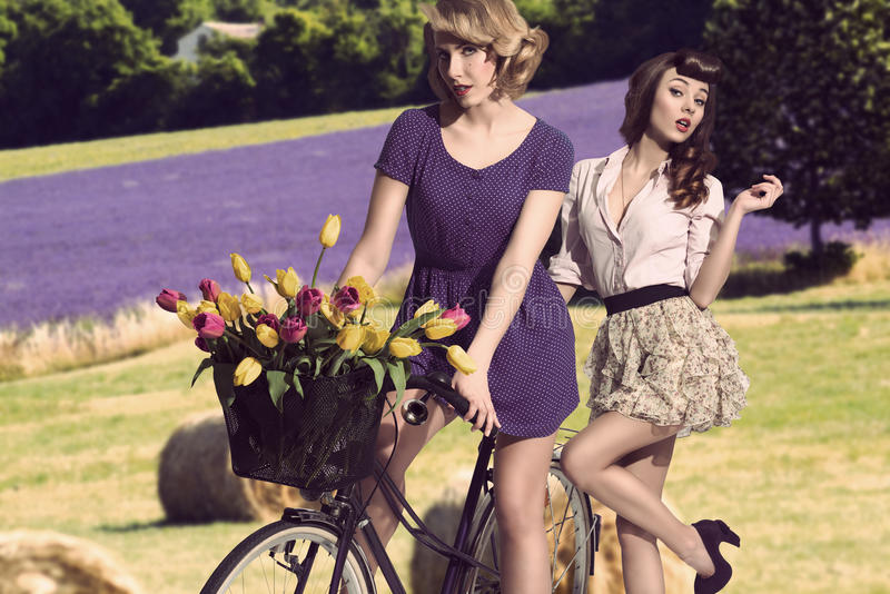 有自行车的性感的葡萄酒女孩 免版税图库摄影