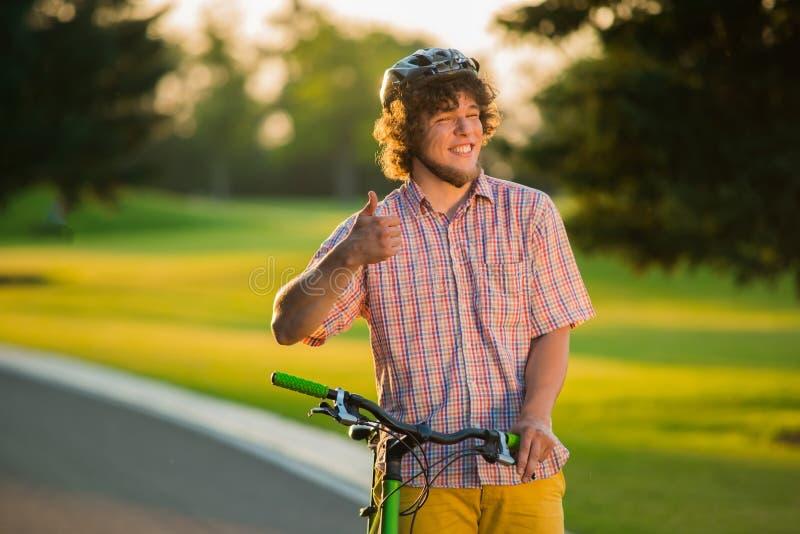 有自行车的男性收养打手势赞许的 免版税库存图片