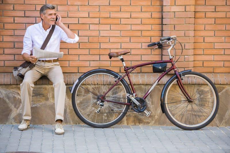 有自行车的老人 图库摄影