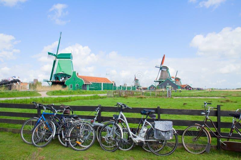 有自行车的荷兰风车在Zaanse Schans 免版税图库摄影