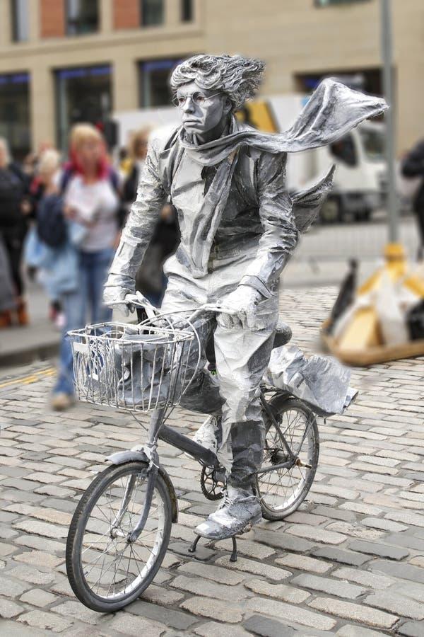 有自行车的街道艺术家 免版税库存图片